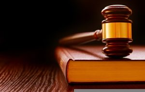 Zákony a sudcovské kladivko