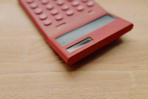 Kalkulačka položená na stole